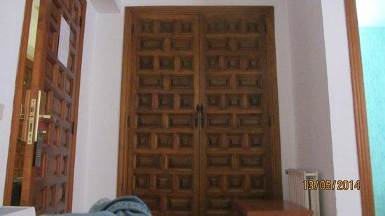 Hotel Santa Isabel: puerta del placard