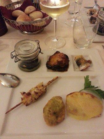 Ristorante San Martino: Spiedino di polpo con granella di nocciole, raviolo di patata con salmone, parmigiana di tonno,