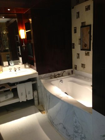 The Ritz-Carlton Beijing, Financial Street: More of the bathroom