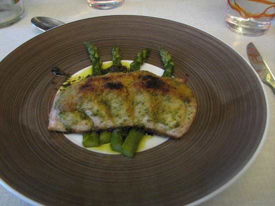 L'Ancien Théâtre : Tuna with asparagus and black olive tapenade