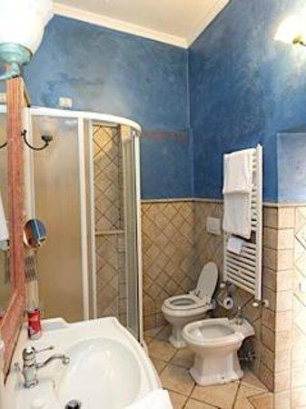Hotel Golden: The spacious bathroom