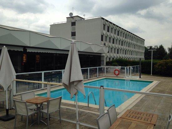 Novotel Paris Creteil Le Lac: Aussenansicht mit Pool