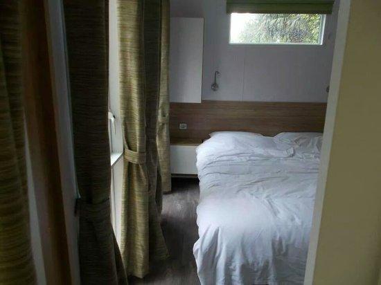 Camping du Domaine de Lanniron : double bedroom