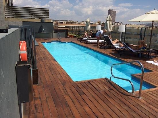 Zwembad en terras op het dak met daarachter bar picture of ac
