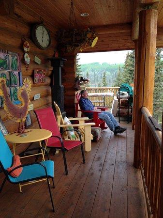 Matanuska Lodge : side of lodge, lake in background