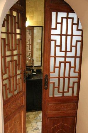 Red Wall Garden Hotel : Entrance to bathroom