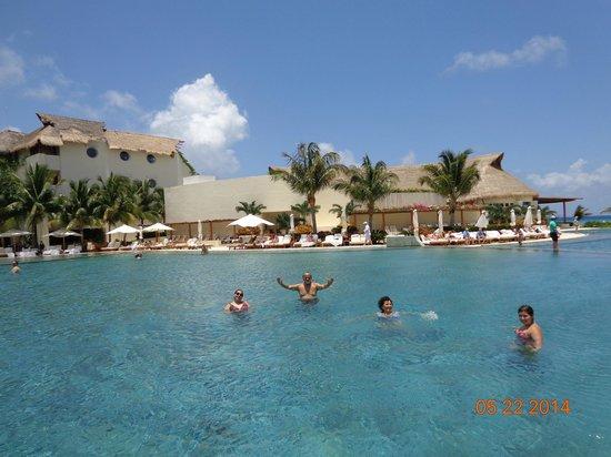Grand Velas Riviera Maya: Piscina frente playa