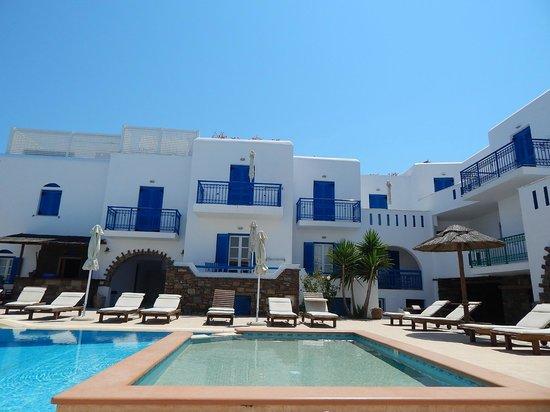 Agios Prokopios Hotel: Vista do hotel do outro lado da piscina