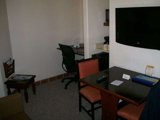 Best Western Plus Hacienda Hotel Old Town : dinng room with Micro etc 2 T.V. one in each room