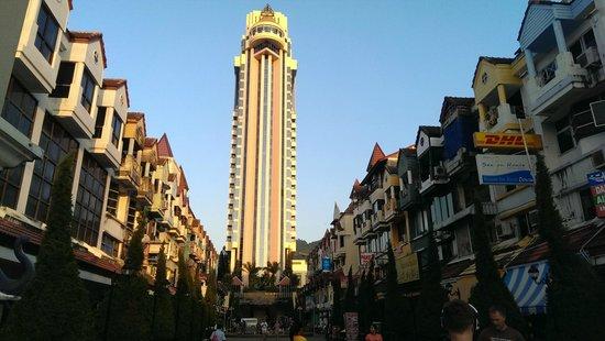 The Royal Paradise Hotel & Spa: Центральная улочка комплекса с массажными салонами