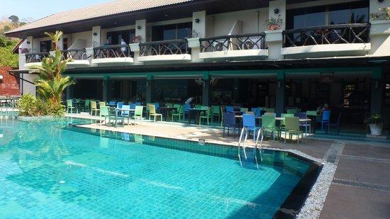 Anyavee Ban Ao Nang Resort : Swimmingpool og restaurant