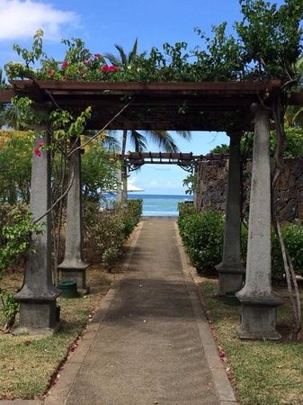 Maradiva Villas Resort and Spa: walkway to pool