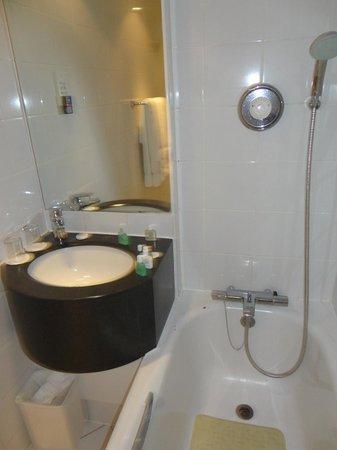 Holiday Inn London - Kensington High Street: Banheiro sem nenhuma prateleira para apoiar absolutamente nada.
