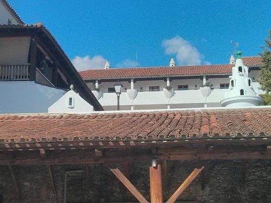 Parador de Guadalupe: Vista de la habitación desde el garaje