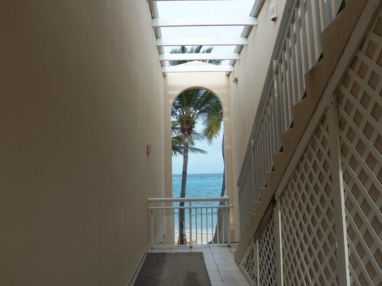 Divi Carina Bay All Inclusive Beach Resort: 2nd Floor Hall View to Ocean