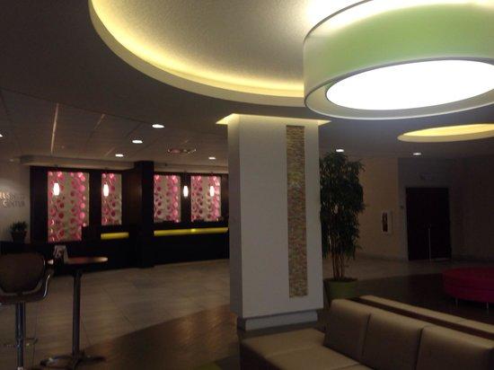 Avanti International Resort: Beautiful contemporary lobby.