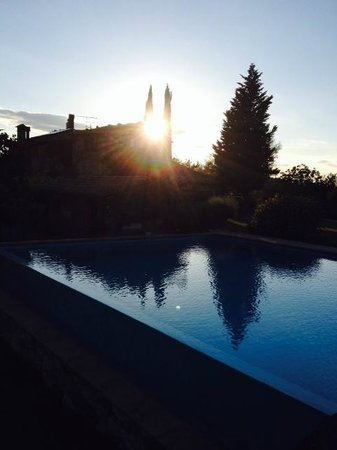 Relais Ortaglia: Sunset by the pool