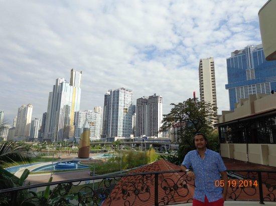 Plaza Paitilla Inn: Vista desde la piscina a la ciudad