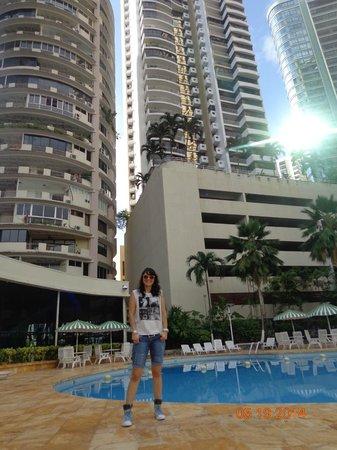 Plaza Paitilla Inn: Vista desde la piscina hacia el hotel