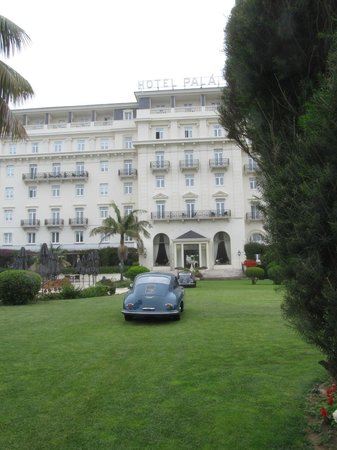 Palacio Estoril Hotel, Golf and Spa : beauties on the lawn