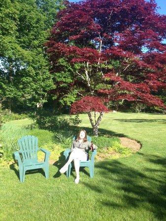 Woods Hole Passage Bed & Breakfast Inn: Relaxing outside
