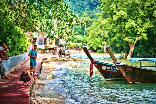 Railay Princess Resort and Spa: Railay Princess Resort - Krabi - Thailand - Wandervibes - sea wall path