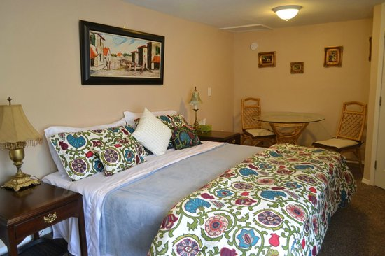 Mountain Treasure Bed and Breakfast: King Room