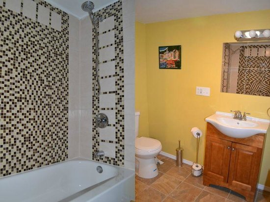Mountain Treasure Bed and Breakfast: King Room Bathroom