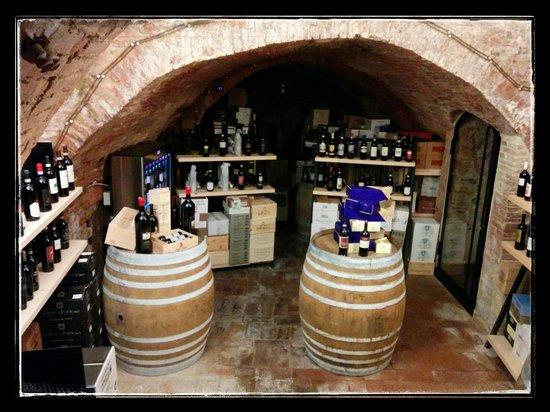 La Bottega del Nobile: Sala giù con botti e vino.