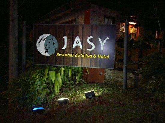 Jasy Hotel: Entrada cómoda para auto.