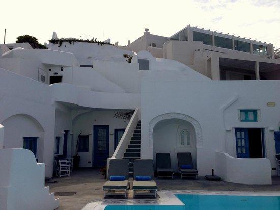 Remezzo Villas: Hotel and Pool area