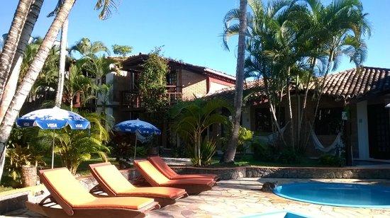 Hotel Pousada Arraial Candeia: Piscina e área do café