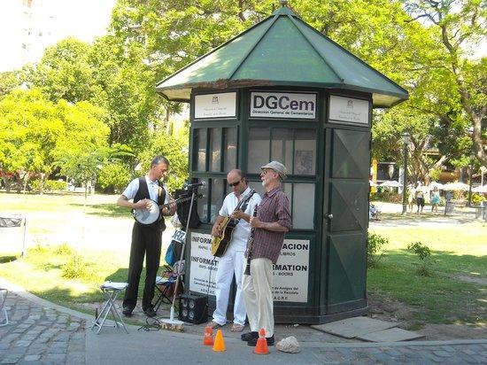 "Recoleta : El Jazz con ""Adrián Blasetti & Jazz Friends"" frente al cementerio."
