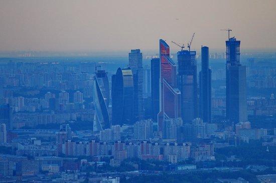 Ostankino TV Tower: Вид на Москва-сити. 200 мм фокусное, дымка, тень.