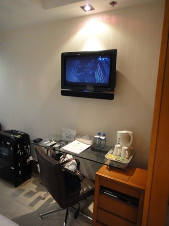 JJ Hotel: the working desk and TV, wish there were two chairs