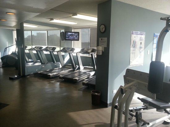Chateau Lacombe Hotel: Quick snap of the gym area, nice lighting!