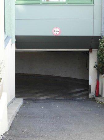 Mercure Granville Le Grand Large : Parking garage