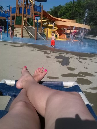 Yogi Bear's Jellystone Park Camp-Resort in Quarryville: relaxing by the kiddie water park