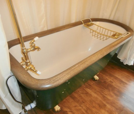 White Swan Inn Bed & Breakfast: largest tub I ever saw
