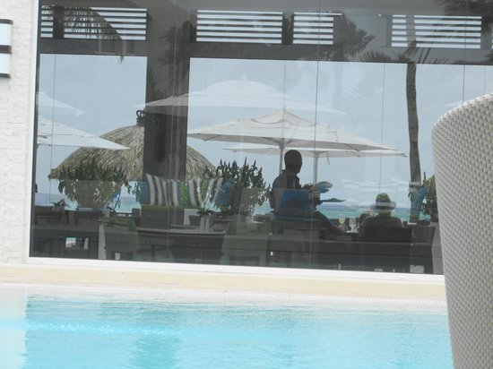 Bucuti & Tara Beach Resort Aruba: view into Elements restaurant from pool across to ocean