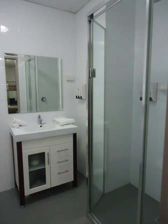 Leisure Inn Sydney Central: Bathroom-shower