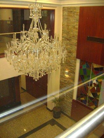 Bristol Hotel Buenos Aires: Lustre da entrada visto pelo restaurante