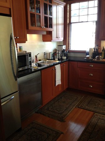 Kitsilano Suites: another kitchen view