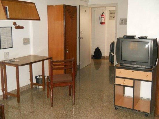 YWCA International Guest House: Habitacion para 3 entrada