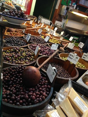 Old English Market/City Market : Olives at one of the stalls