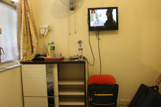 Golden Crown Guesthouse: cabinet,tv