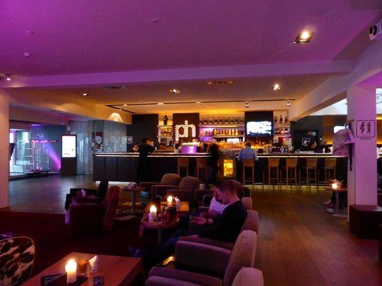 pentahotel Wiesbaden: Reception & Bar