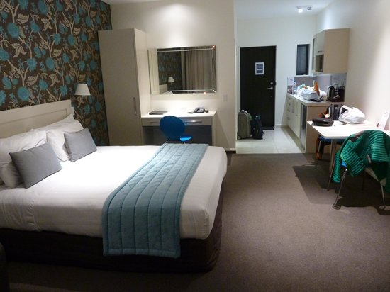 Aoraki Court Motel at Aoraki/Mt Cook Village: Room and Kitchen