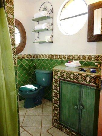 Hospedaje El Colibri: baño completo