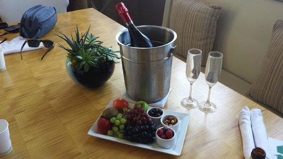 Kimpton Hotel Wilshire : fruit, wine